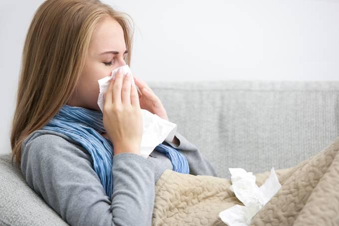 Infecção respiratória: mulher assoando o nariz