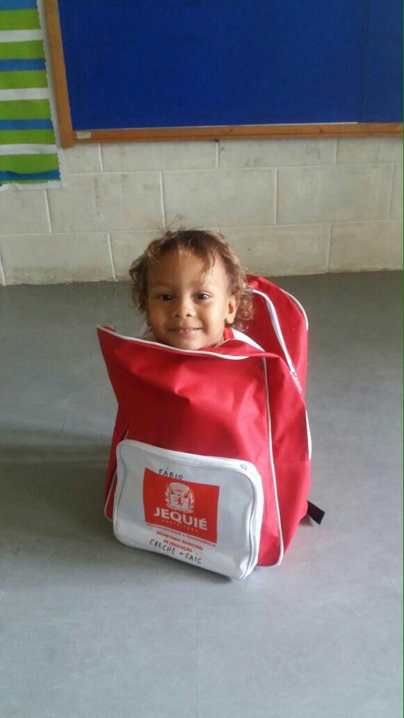 Criança dentro de mochila em Jequié (BA)