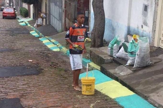 Gabriel Jesus pintando a rua do Jardim Peri antes da Copa de 2014