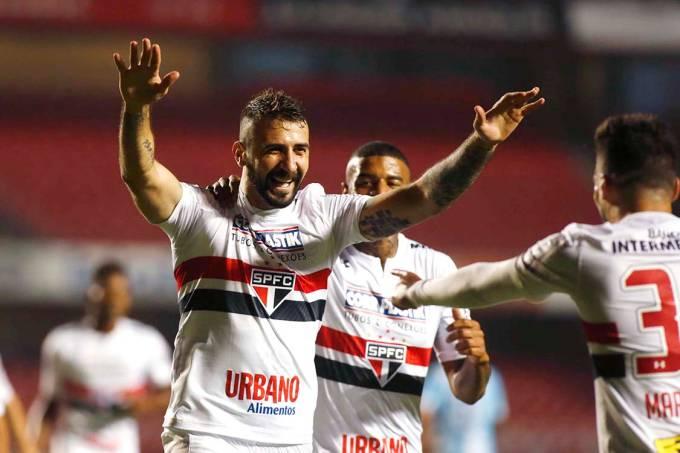 Lucas Pratto, do São Paulo, comemora gol contra o Avaí pelo Campeonato Brasileiro, em São Paulo