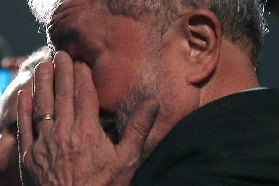 O ex-presidente Lula faz discurso na praça Santos Andrade, que reúne militantes favoráveis a ele, no centro de Curitiba