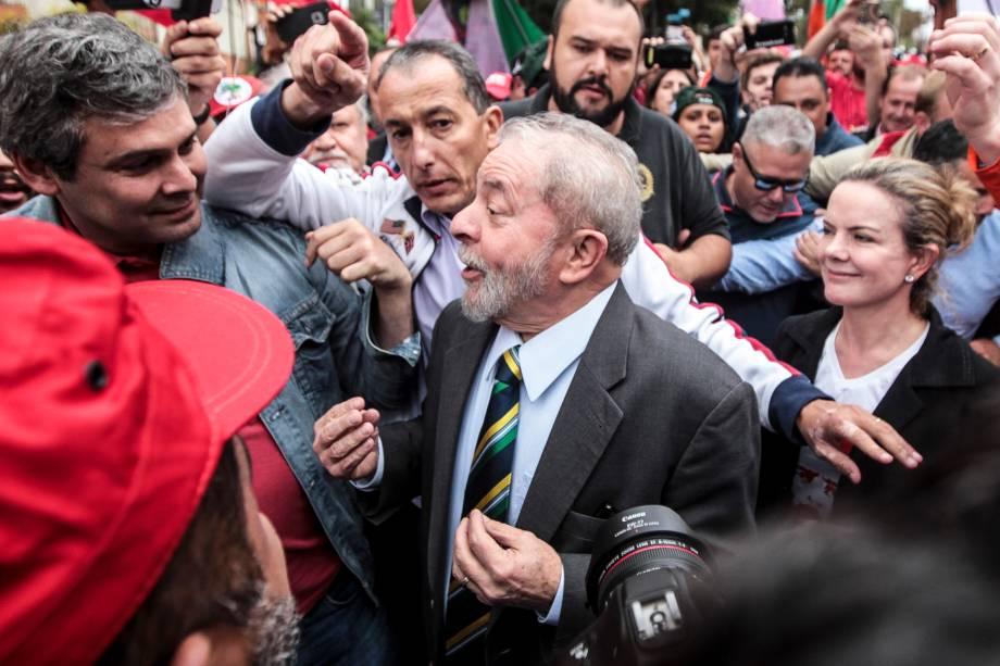 Lula é recepcionado por militantes e apoiadores nos arredores da Justiça Federal em Curitiba antes de depoimento ao juiz Sergio Moro - 10/05/2017