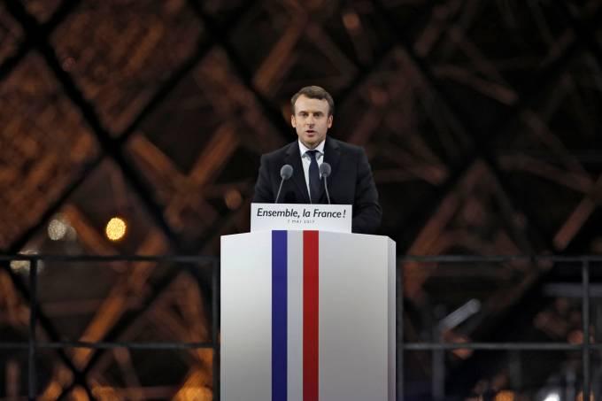 Emmanuel Macron discursa no Louvre