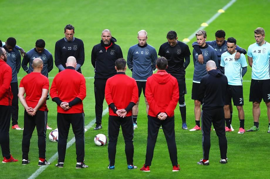 Jogadores do Ajax fazem um minuto de silêncio em homenagem às vítimas do atentado em Manchester
