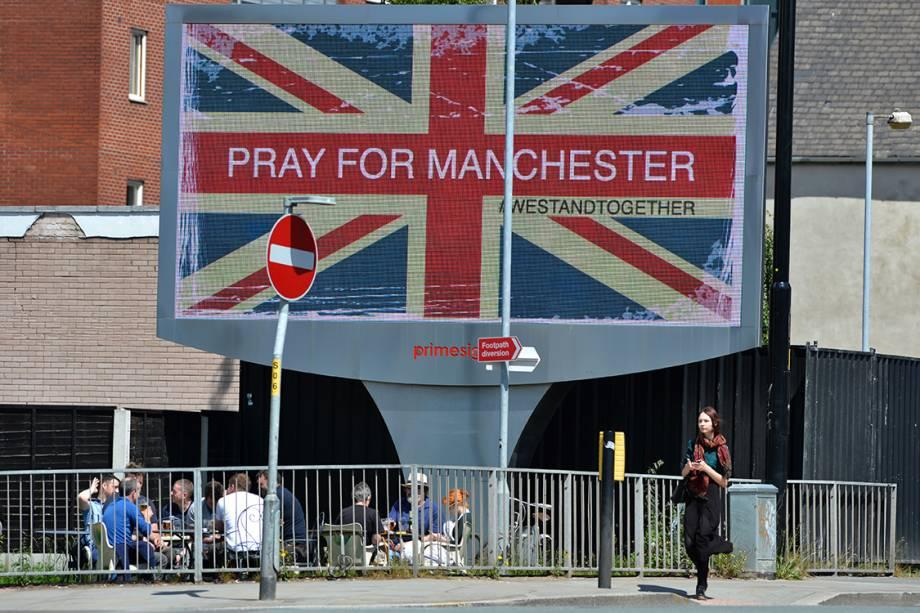 Telão próximo ao local do atentado pede orações à Manchester