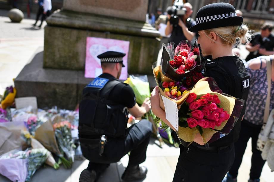 Policiais prestam homenagens às vítimas do atentado terrorista no show da cantora Ariana Grande, em Manchester