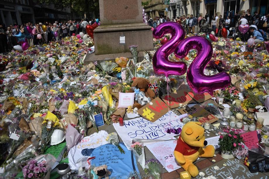 Pessoas deixam flores no centro da cidade de Manchester em memória aos mortos no ataque terrorista durante show na Manchester Arena - 25/05/2017