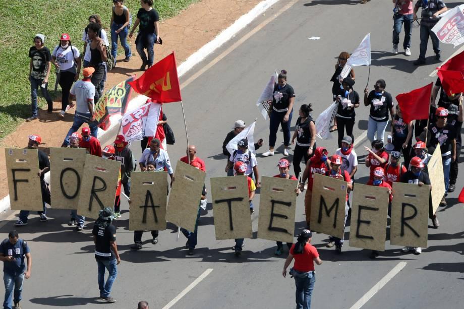 Manifestantes participam de um protesto que pede a saída do presidente Michel Temer, em Brasília (DF) - 24/05/2017