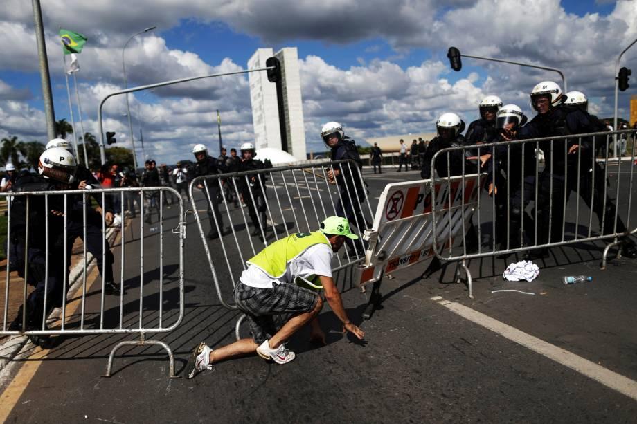 Manifestante tenta ultrapassar uma barricada durante protesto que pede a saída do presidente Michel Temer, em Brasília (DF) - 24/05/2017