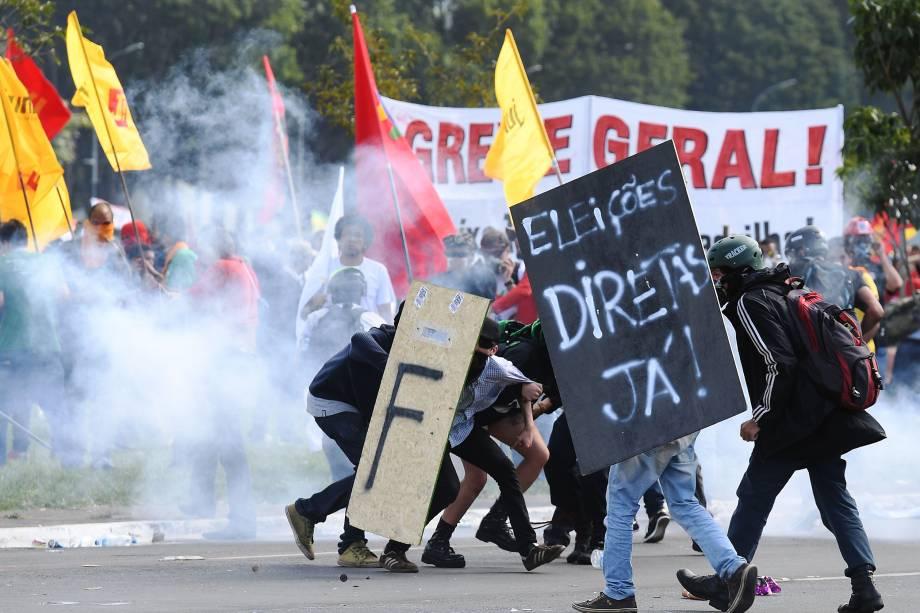 Manifestantes entram em confronto com a polícia durante protesto contra as reformas trabalhista e da Previdência e contra o governo do presidente Michel Temer em Brasília (DF) - 24/05/2017