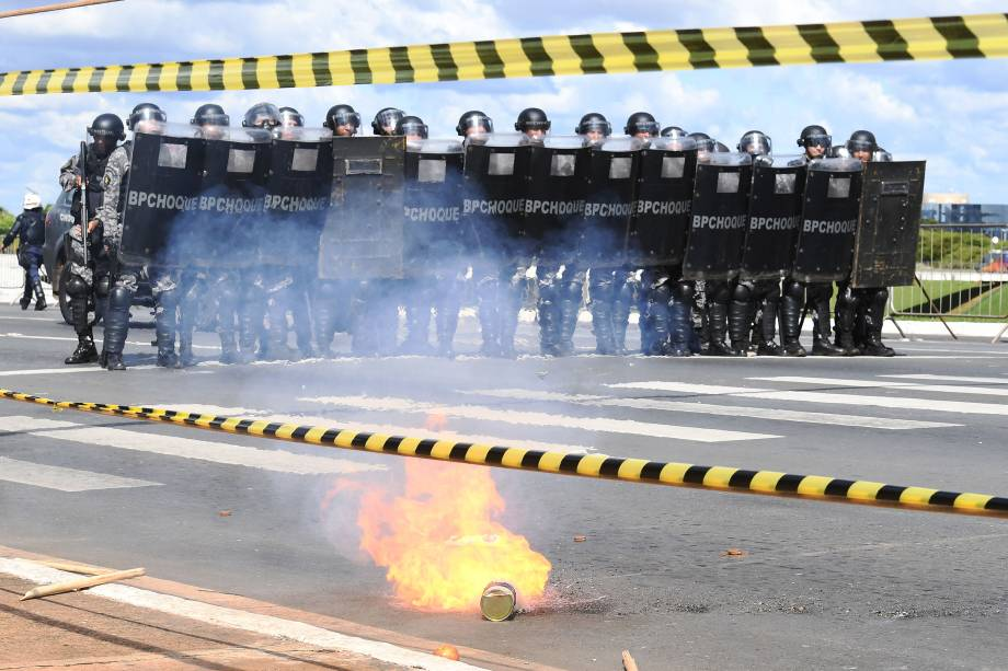 Polícia entra em confronto com manifestantes que pedem a saída de Michel Temer em Brasília (DF) - 24/05/2017