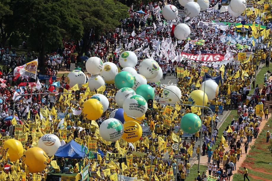 """Manifestantes de centrais sindicais e movimentos sociais realizam marcha, chamada de """"Ocupa Brasília"""", na capital federal - 24/05/2017"""