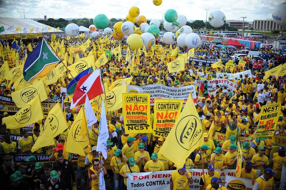 """Manifestantes de centrais sindicais e movimentos sociais se concentram para marcha, chamada de """"Ocupa Brasília"""" - 24/05/2017"""