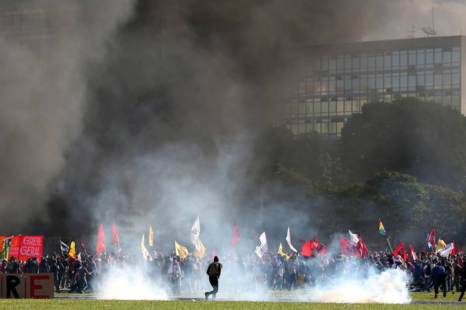 Manifestantes protestam contra o presidente Michel Temer em Brasília - 24/05/2017
