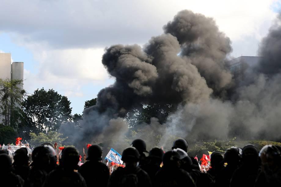 Policiais tentam conter manifestação contra presidente Michel Temer em Brasília - 24/05/2017