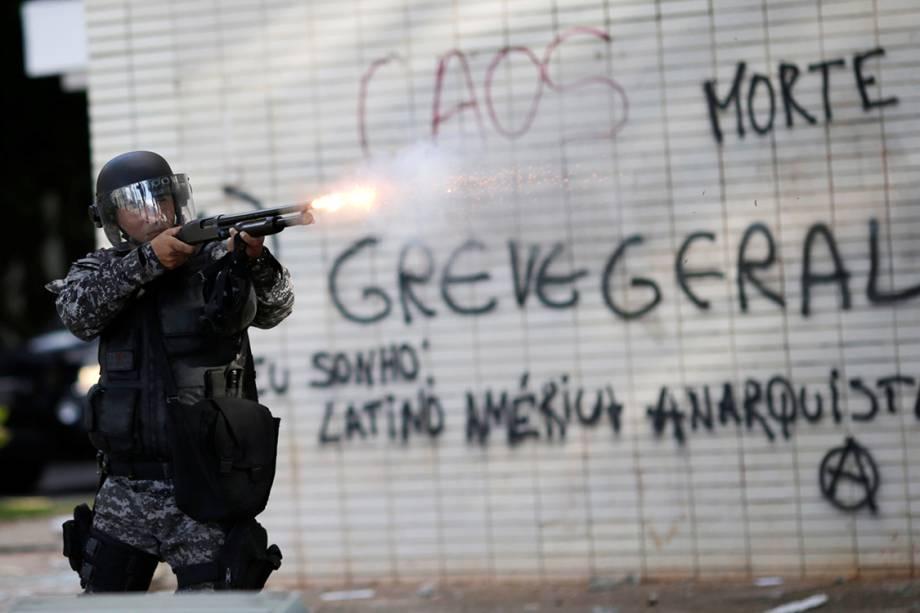 Polícia avança com bombas gás lacrimogêneo e balas de borracha contra manifestantes que pedem a saída de Michel Temer em Brasília (DF) - 24/05/2017