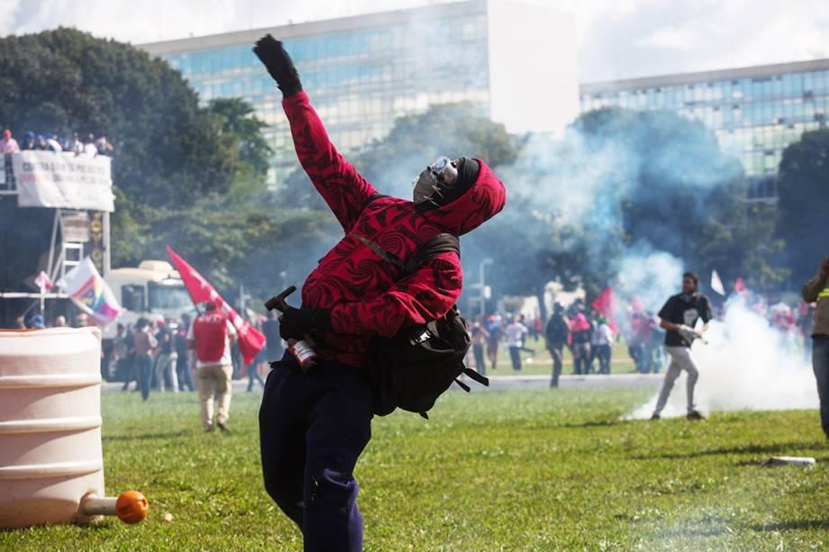 Manifestantes entram em confronto com a polícia durante protesto que pede a saída do presidente Michel Temer em Brasília (DF) - 24/05/2017