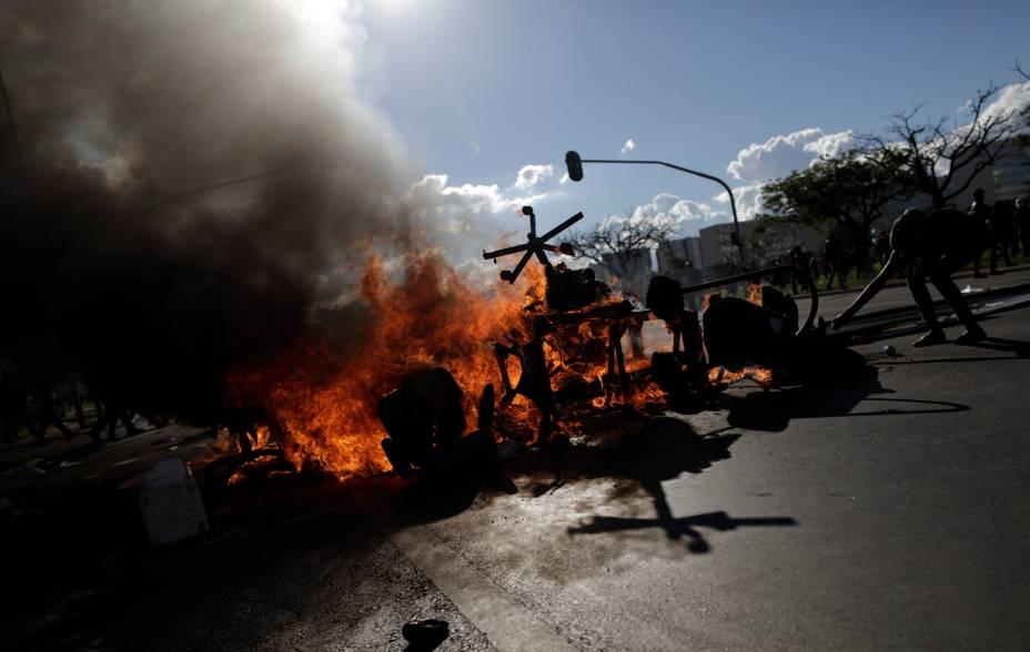 Manifestantes fazem barricada durante protesto contra o presidente Michel Temer, em Brasília - 24/05/2017