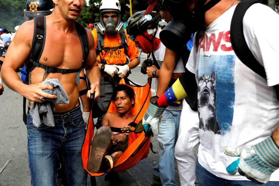 Manifestante é ferido durante confronto com a polícia em protesto da oposição ao presidente Nicolás Maduro, em Caracas, na Venezuela - 03/05/2017