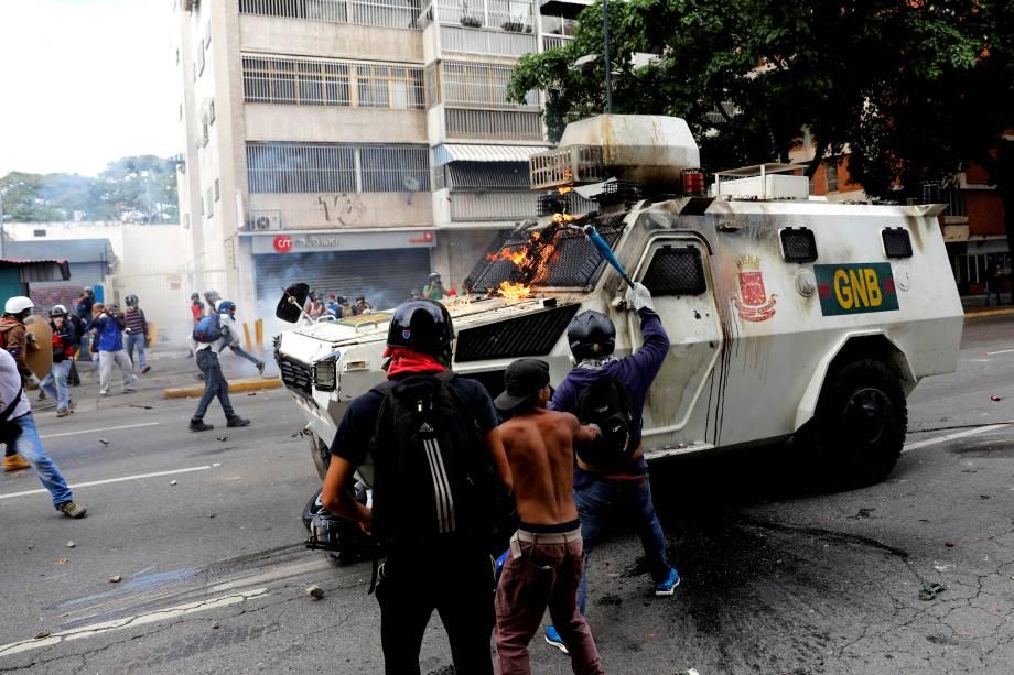 Manifestantes da oposição ao Presidente Nicolás Maduro atacam furgão da polícia durante confronto no protesto em Caracas, na Venezuela - 03/05/2017
