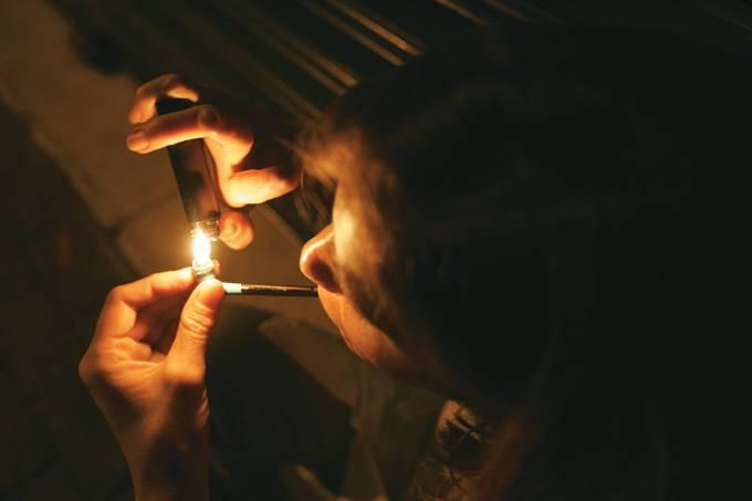 Menor fumando cachimbo de crack na Rua Vitória, na região conhecida como _Cracol