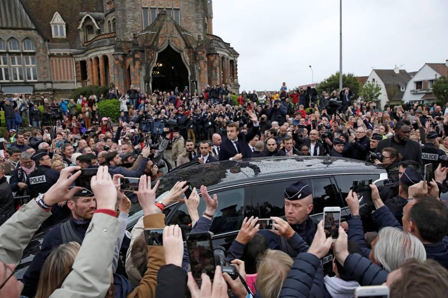 Candidato Emmanuel Macron, líder do movimento En Marche! Cumprimenta apoiadores enquanto deixa uma assembleia de voto durante o segundo turno da eleição presidencial, em Le Touquet, na França - 07/05/2017