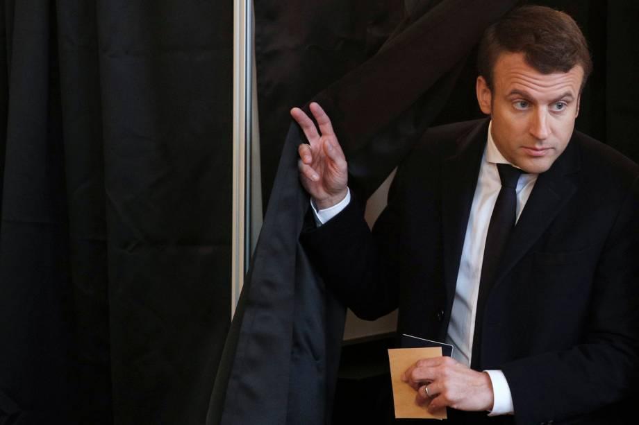 Candidato Emmanuel Macron vota durante o segundo turno da eleição presidencial francesa, em Le Touquet - 07/05/2017