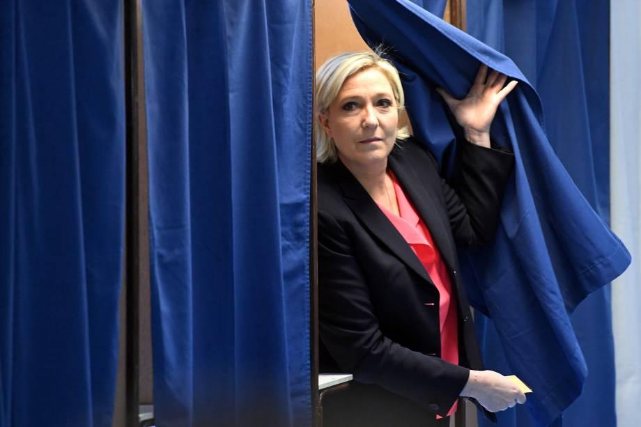 Marine Le Pen, candidata do partido de extrema-direita Frente Nacional (FN) sai de uma cabine de votação após votar no segundo turno da eleição presidencial francesa em Henin-Beaumont - 07/05/2017