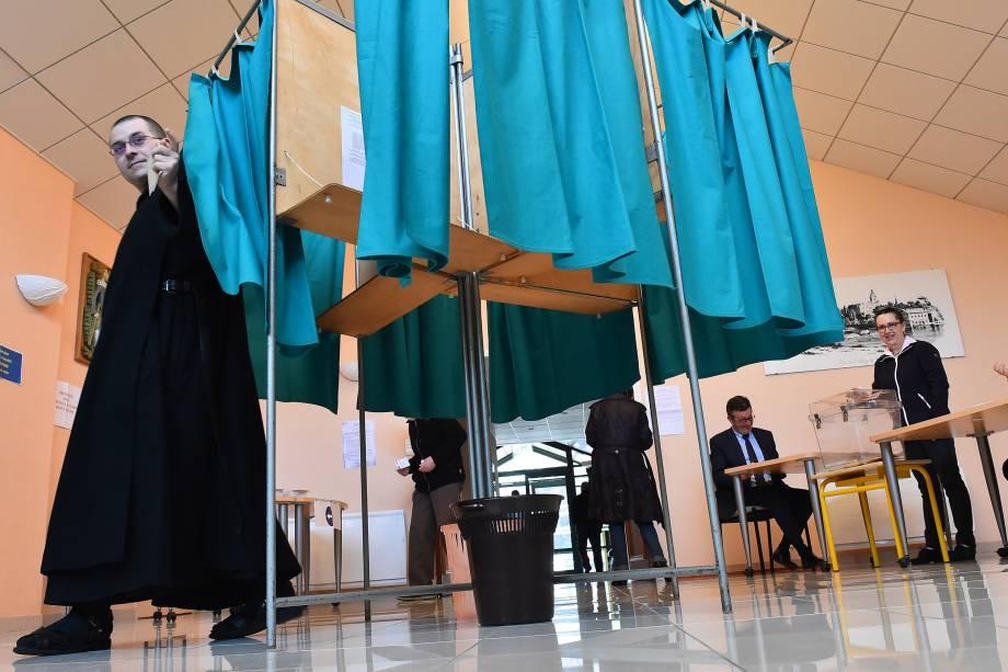 Monge beneditino registra seu voto durante o segundo turno da eleição presidencial em Solesmes, noroeste da França - 07/05/2017