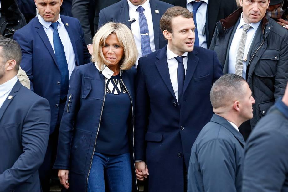 Candidato Emmanuel Macron, líder do movimento En Marche! sai acompanhado da esposa Brigitte Trogneux após votar em Le Touquet, na França - 07/05/2017