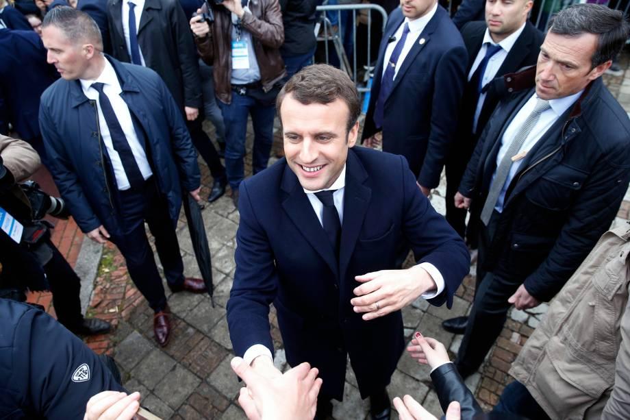 Candidato Emmanuel Macron, líder do movimento En Marche! cumprimenta apoiadores após votar em Le Touquet, na França - 07/05/2017