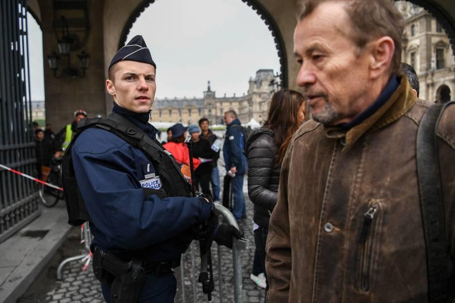 Polícia patrulha a região do Louvre após ameaça de bomba. O local deve concentrar a comemoração em caso da vitória de Emmanuel Macron na eleição presidencial francesa - 07/05/2017