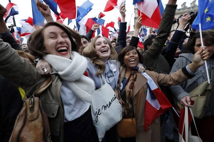 Franceses celebram vitória de Macron em Paris