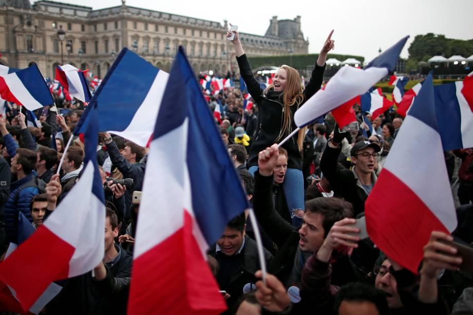 Apoiadores de Emmanuel Macron comemoram a vitória na eleição presidencial na esplanada do Louvre em Paris - 07/05/2017