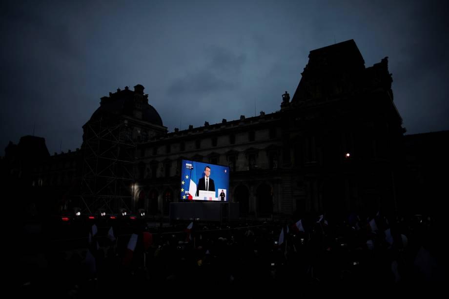 O presidente eleito, Emmanuel Macron, é visto em um telão nos arredores do museu do Louvre, em Paris durante discurso da vitória - 07/05/2017