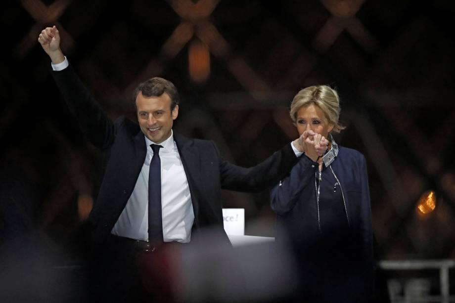 Presidente francês Emmanuel Macron e sua esposa Brigitte Trogneux comemoram vitória nas eleições  na esplanada do Louvre, em Paris - 07/05/2017
