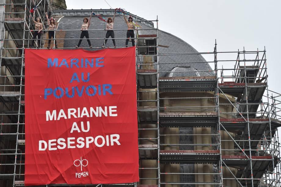 Integrantes do grupo feminista Femen protestam contra a candidata presidencial Marine Le Pen em uma igreja em Henin-Beaumont, no noroeste da França - 07/05/2017