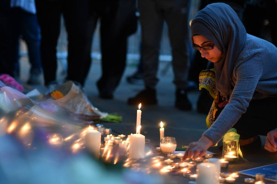 Pessoas acendem velas e deixam mensagens para as vítimas do ataque terrorista em Manchester, na Inglaterra - 24/05/2017