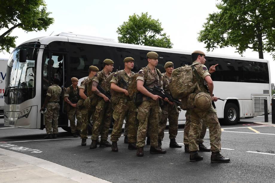 Soldados ingleses se dirigem à região das Casas do Parlamento, no centro de Londres, após elevação do alerta de risco de ataques terroristas - 24/05/2017