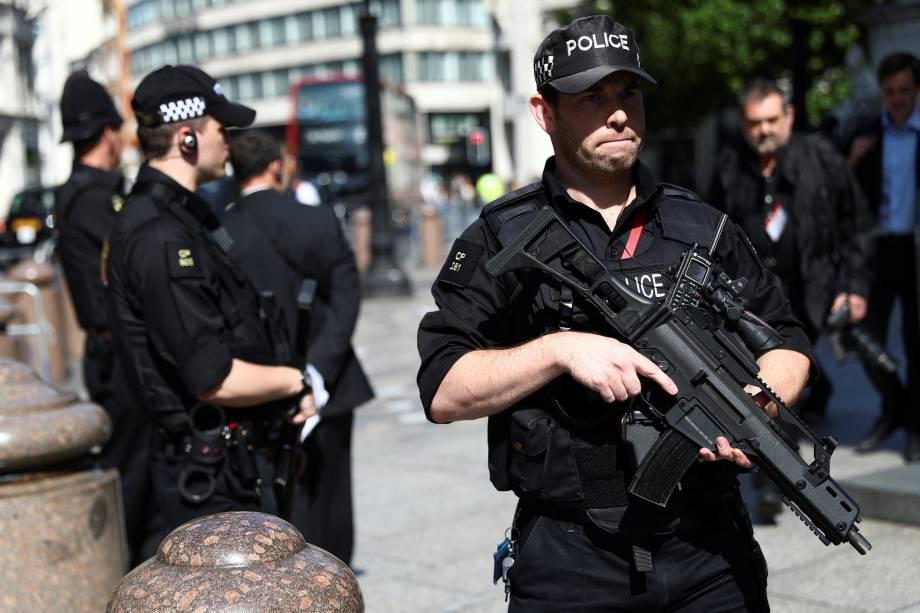 Policiais fortemente armados fazem a segurança do lado de fora da Catedral de Saint Paul, em Londres após ataque terrorista na cidade de Manchester, na Inglaterra - 24/05/2017