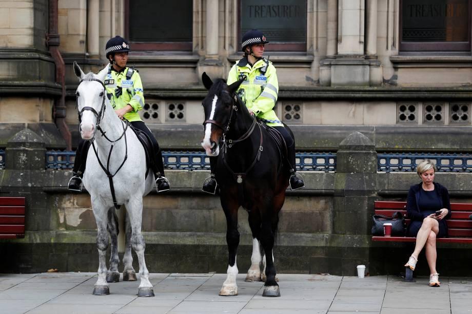 Policiais montados fazem a segurança do lado de fora da prefeitura em Manchester, na Inglaterra - 24/05/2017