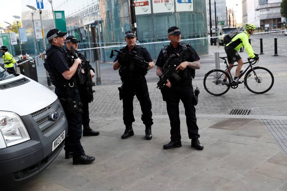 Polícia armada patrulha os arredores da  Manchester Arena em Manchester, na Inglaterra - 25/05/2017