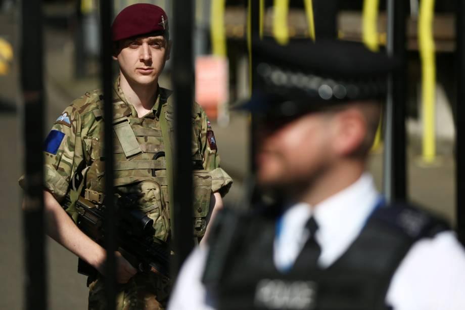 Militares e policiais reforçam a segurança na Downing Street em Londres, após elevação do alerta para risco de atentados terroristas na Inglaterra - 25/05/2017
