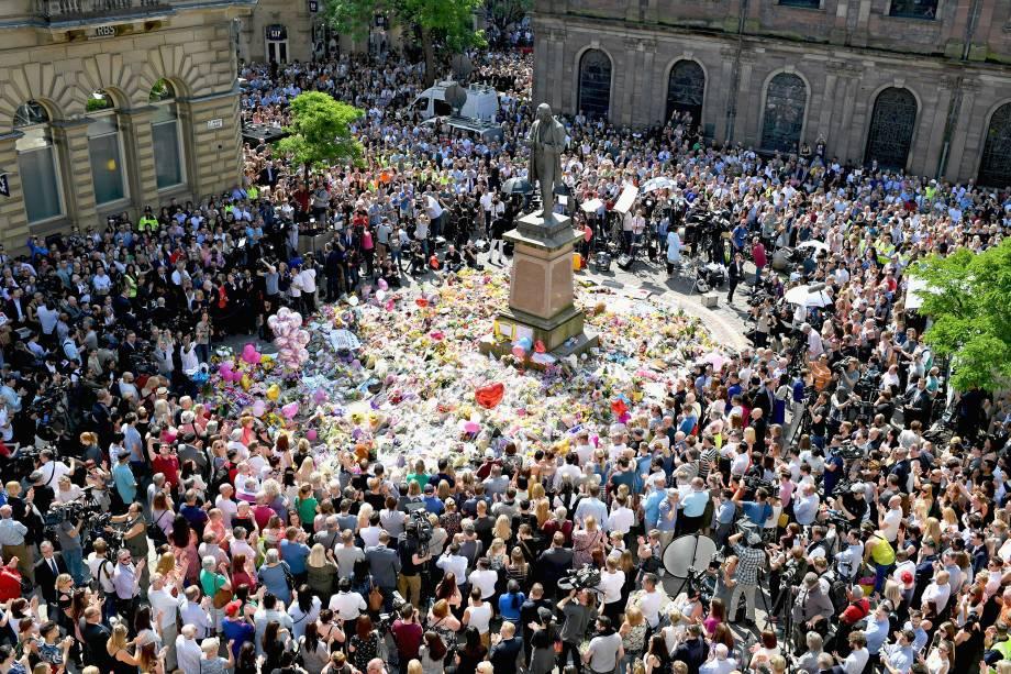Centenas de pessoas observam um minuto de silêncio no centro da cidade de Manchester em memória aos mortos no ataque terrorista durante show na Manchester Arena - 25/05/2017