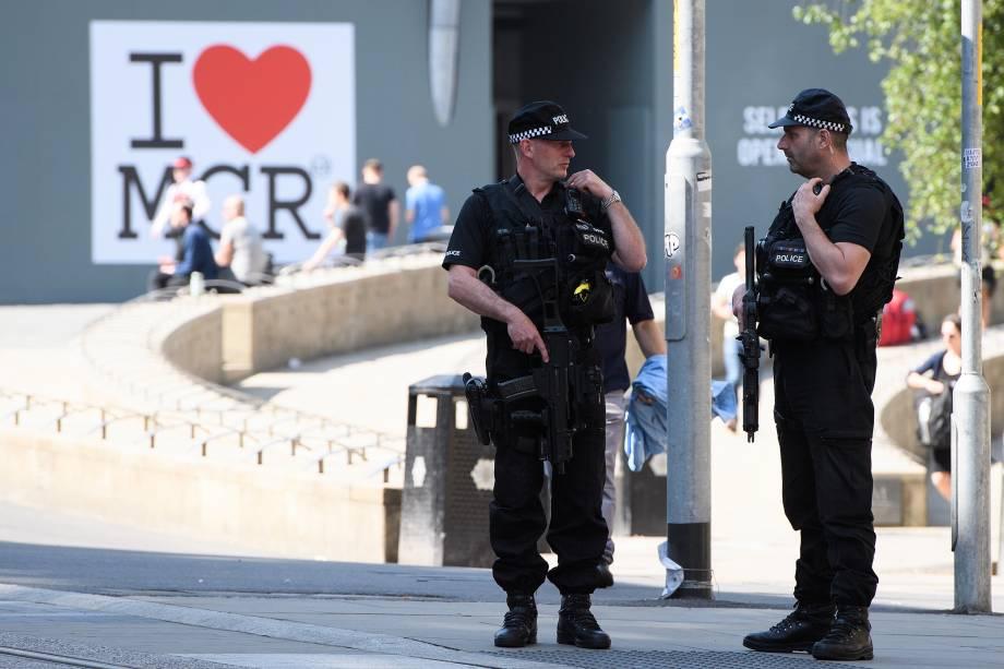 Polícia armada patrulha o centro da cidade de Manchester antes de um minuto de silêncio nacional em memória aos mortos no ataque terrorista da Manchester Arena - 25/05/2017