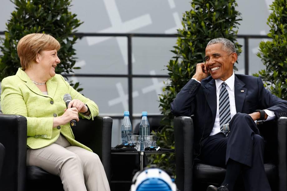 A chanceler da Alemanha, Angela Merkel, recebe o ex-presidente americano Barack Obama durante evento na Kirchentag Alemã Protestante, em frente ao Portão de Brandemburgo, em Berlim - 25/05/2017