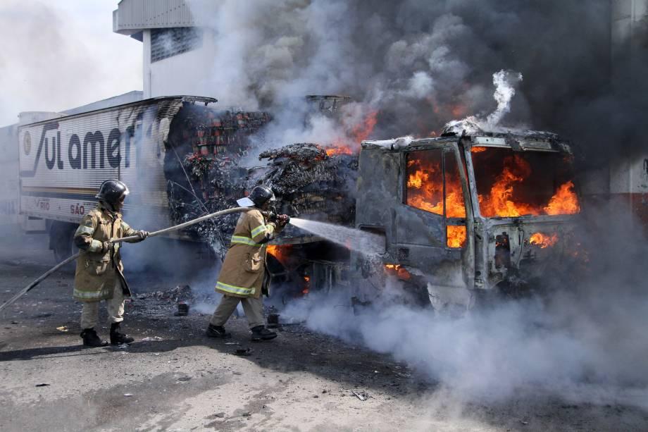 Caminhão é incendiado na Rua do Alpiste, no Rio de Janeiro, em ação de retaliação dos traficantes à operação da polícia do Rio
