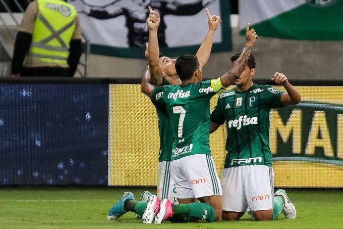 Jogadores do Palmeiras comemoram gol contra o Internacional, pela Copa do Brasil, em São Paulo