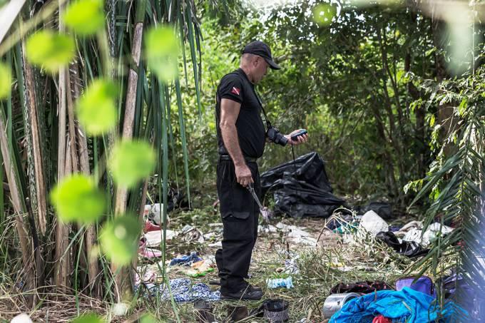 Policiais realizam perícia na fazenda Santa Lúcia, local de confronto que teve dez mortes, em Pau d'Arco (PA)