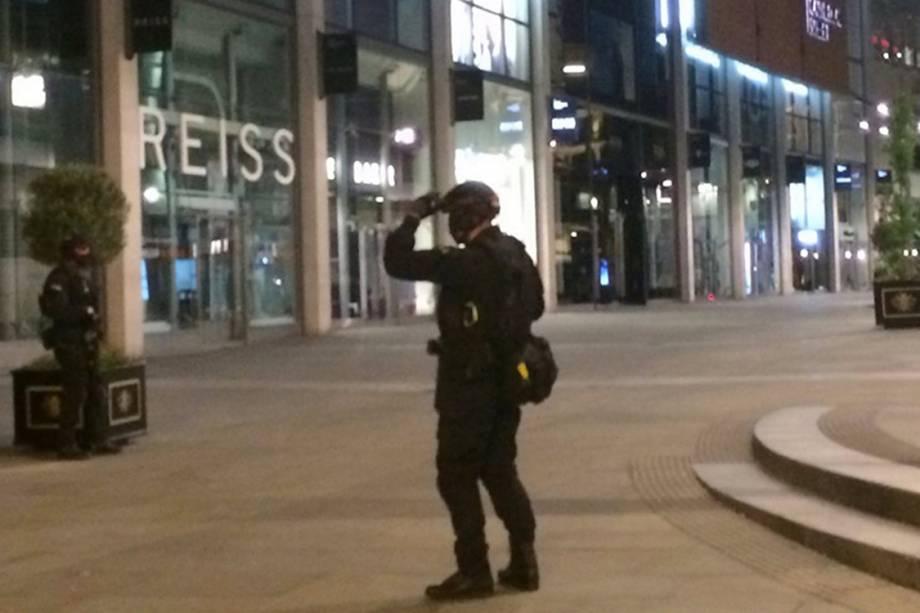 Soldados verificam entornos do Manchester Arena após barulho de explosão no show de Ariana Grande